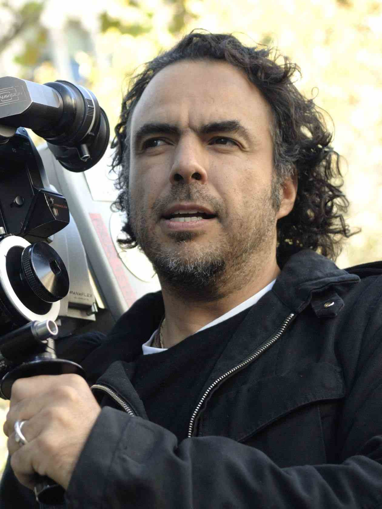 Alejandro_González_Iñárritu_with_a_camera_in_production_Cropped